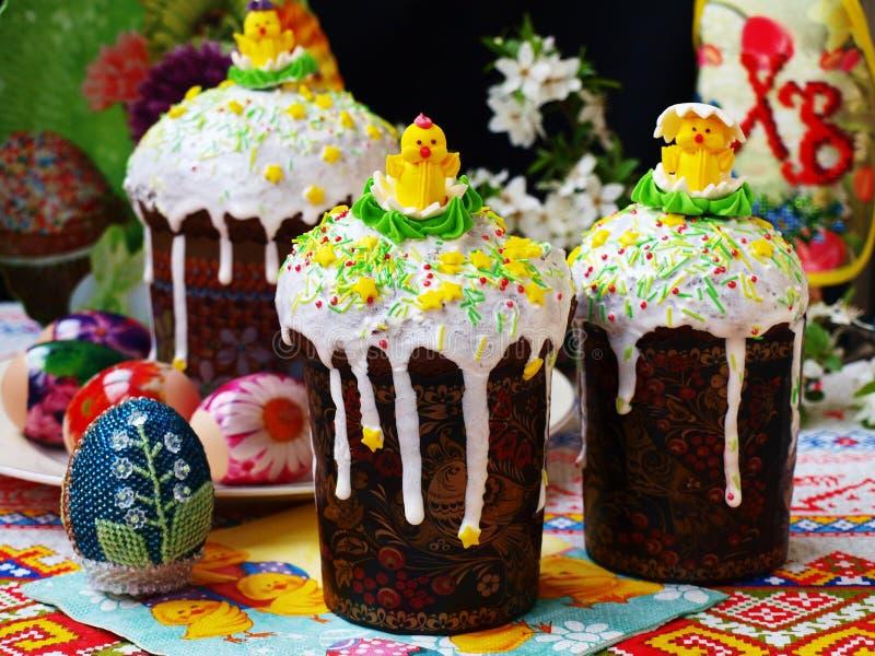 Εορταστική ρύθμιση Πάσχας με τα κέικ Πάσχας και τα ζωηρόχρωμα αυγά στοκ φωτογραφία με δικαίωμα ελεύθερης χρήσης