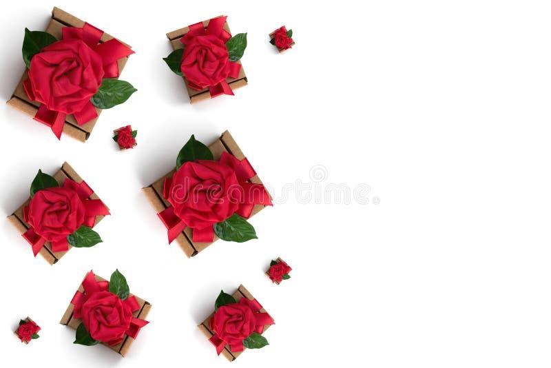 Εορταστικό δώρο που συσκευάζει το κόκκινο άσπρο υπόβαθρο κιβωτίων κορδελλών ελεύθερη απεικόνιση δικαιώματος