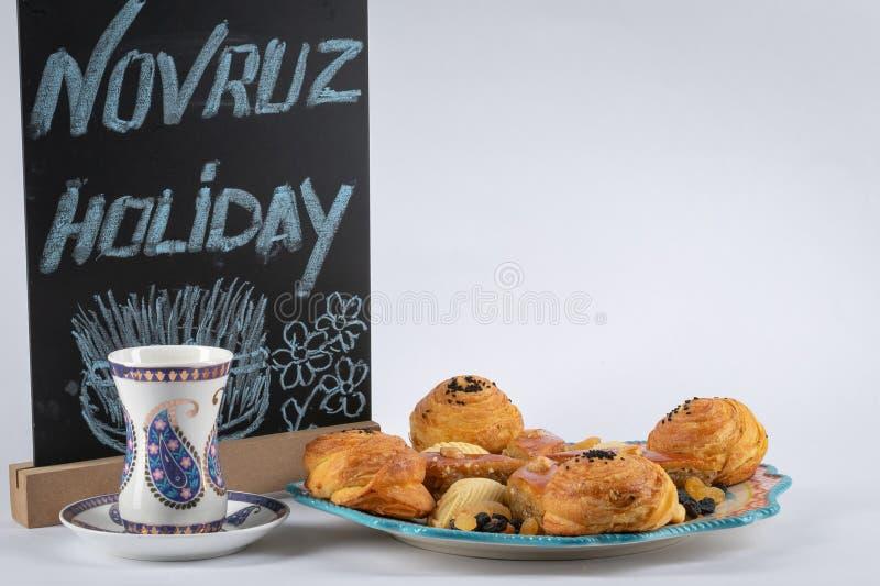 Εορταστικό ψήσιμο για τις διακοπές Navruz Shekerbura, baklava, ζύμη ριπών με την αλατισμένη πλήρωση, σε ένα πιάτο Άσπρο armudu γυ στοκ εικόνα με δικαίωμα ελεύθερης χρήσης