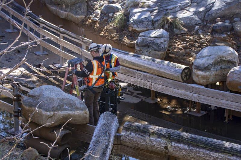 Εργαζόμενοι πληρώματος συντήρησης σε έναν γύρο στην περιπέτεια Καλιφόρνιας, Αναχάιμ στοκ φωτογραφία με δικαίωμα ελεύθερης χρήσης