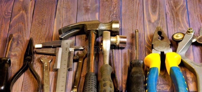 Εργαλείο στο ξύλινο υπόβαθρο, διακοπές ημέρας πατέρων Δημοφιλές εργαλείο κλειδαράδων για την επισκευή και το δημιουργικότητα-σφυρ στοκ φωτογραφίες με δικαίωμα ελεύθερης χρήσης