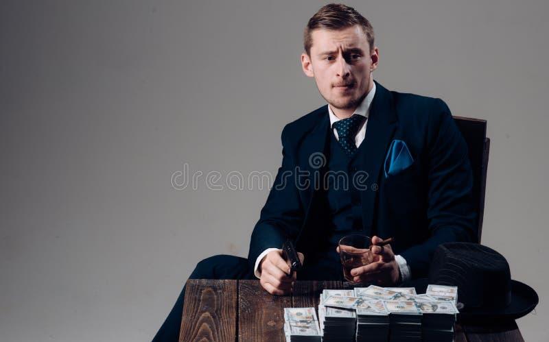 Εργασία επιχειρηματιών στο γραφείο λογιστών Άτομο στο κοστούμι μαφία making money εννοιολογικό wellness χρημάτων εικόνας χρηματοδ στοκ φωτογραφία