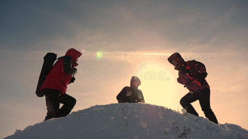 Εργασία και νίκη ομάδας Οι τουρίστες έρχονται να ολοκληρώσουν του χιονώδους λόφου και να χαρούν για τη νίκη ενάντια στο σκηνικό ε στοκ εικόνα με δικαίωμα ελεύθερης χρήσης