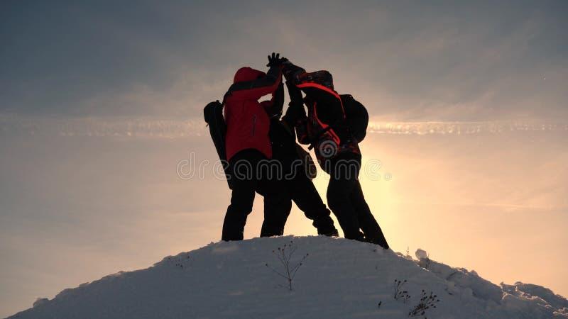Εργασία και νίκη ομάδας Οι τουρίστες έρχονται να ολοκληρώσουν του χιονώδους λόφου και να χαρούν για τη νίκη ενάντια στο σκηνικό ε στοκ εικόνες με δικαίωμα ελεύθερης χρήσης