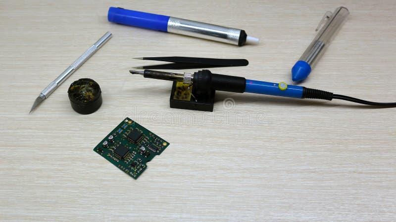 Εργαστήριο στην επισκευή των οικιακών συσκευών, της ηλεκτρονικής και των επεξεργαστών συγκολλώντας συγκολλώντας σίδηρος πινάκων,  στοκ φωτογραφία με δικαίωμα ελεύθερης χρήσης