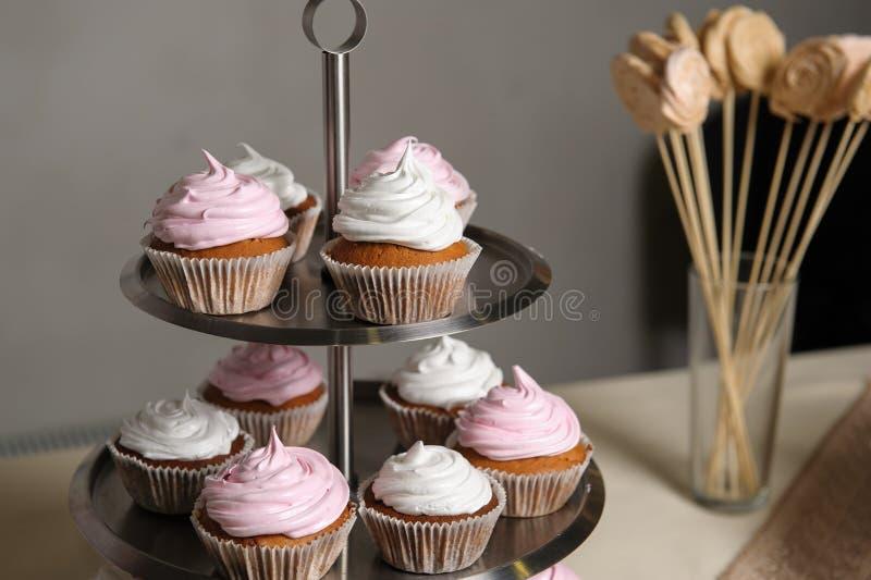 Εύγευστος γλυκός μπουφές με τα cupcakes Γλυκός μπουφές διακοπών με τα cupcakes και άλλα επιδόρπια στοκ φωτογραφία με δικαίωμα ελεύθερης χρήσης