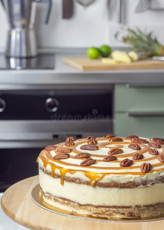 Εύγευστο κέικ κολιβρίων με το κάλυμμα πεκάν και καραμέλας στοκ φωτογραφία με δικαίωμα ελεύθερης χρήσης