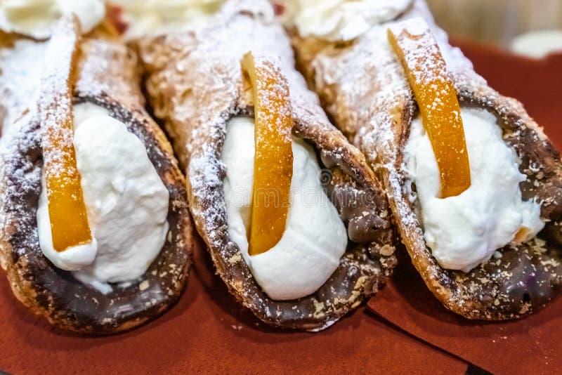 Εύγευστο σισιλιάνο cannoli τρία που γεμίζεται με το τυρί κρέμας στοκ εικόνες