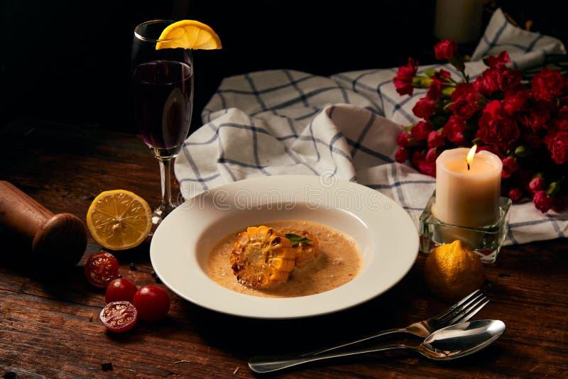 Εύγευστο ψημένο καλαμπόκι με τη σάλτσα κρέμας που τοποθετεί στο άσπρο πιάτο στοκ εικόνες