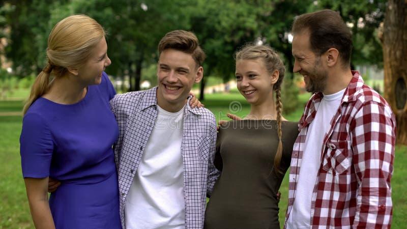 Εύθυμη οικογένεια που γελά, έχοντας τη διασκέδαση μαζί, που ξοδεύει τον ελεύθερο χρόνο, wellness στοκ φωτογραφίες