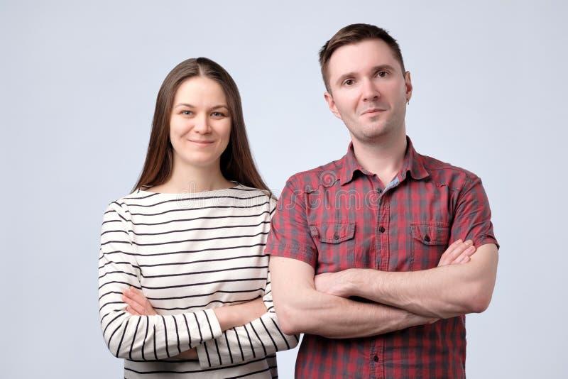 Εύθυμο ευρωπαϊκό νέο ζεύγος που στέκεται στο άσπρο υπόβαθρο στοκ φωτογραφία με δικαίωμα ελεύθερης χρήσης