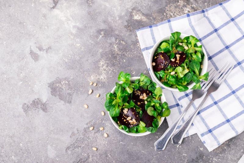 Εύκολη χορτοφάγος σαλάτα από τα φρέσκα λαχανικά και πράσινα στο άσπρο ασιατικό ύφος κύπελλων Η έννοια της υγιούς διατροφής στοκ φωτογραφία με δικαίωμα ελεύθερης χρήσης