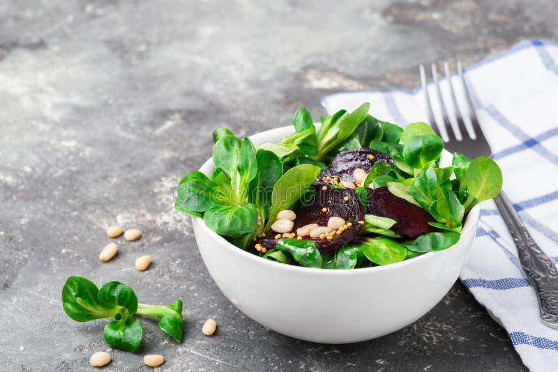 Εύκολη χορτοφάγος σαλάτα από τα φρέσκα λαχανικά και πράσινα στο άσπρο ασιατικό ύφος κύπελλων Η έννοια της υγιούς διατροφής στοκ εικόνα με δικαίωμα ελεύθερης χρήσης
