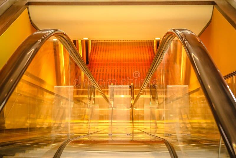 Εσωτερικές κυλιόμενες σκάλες στοκ φωτογραφίες