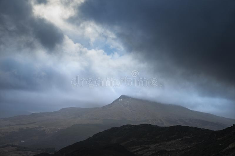 Ευμετάβλητη και δραματική εικόνα χειμερινών τοπίων Moel Saibod από Crimpiau σε Snowdonia με τη ζάλη των άξονων του φωτός σε θυελλ στοκ φωτογραφία