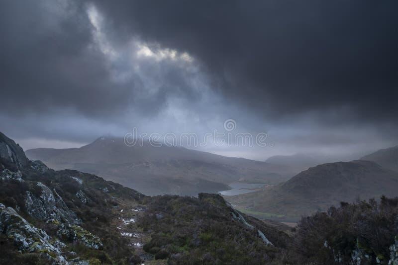 Ευμετάβλητη και δραματική εικόνα χειμερινών τοπίων Moel Saibod από Crimpiau σε Snowdonia με τη ζάλη των άξονων του φωτός σε θυελλ στοκ εικόνα