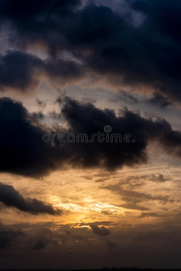 Ευμετάβλητος τροπικός ουρανός στο ηλιοβασίλεμα στοκ φωτογραφία με δικαίωμα ελεύθερης χρήσης