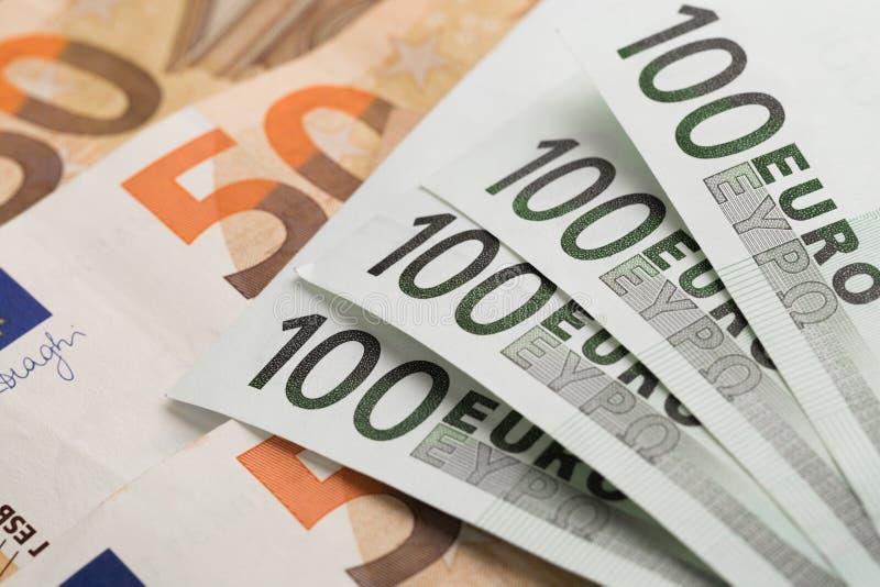 ευρο- ευρώ πέντε εστίαση εκατό τραπεζών σχοινί σημειώσεων χρημάτων Ευρο- μετρητά Ευρο- τραπεζογραμμάτια χρημάτων στοκ εικόνες