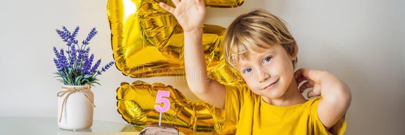 Ευτυχές αγόρι παιδάκι που γιορτάζει τα γενέθλιά του και που φυσά τα κεριά στο σπιτικό ψημένο κέικ, εσωτερικό Γιορτή γενεθλίων για στοκ εικόνα με δικαίωμα ελεύθερης χρήσης