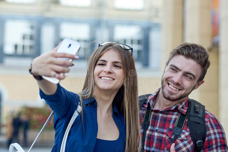 Ευτυχές ζεύγος των τουριστών που παίρνουν selfie στο showplace της πόλης στοκ εικόνες