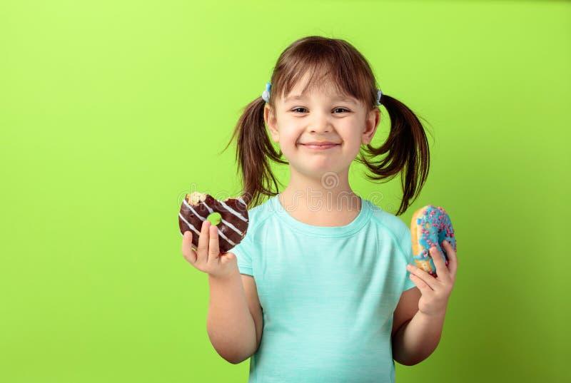 Ευτυχές κορίτσι με τα donuts στοκ φωτογραφία