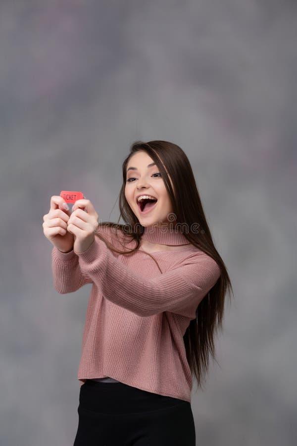Ευτυχές κορίτσι με το εισιτήριο λοταρίας στοκ φωτογραφίες