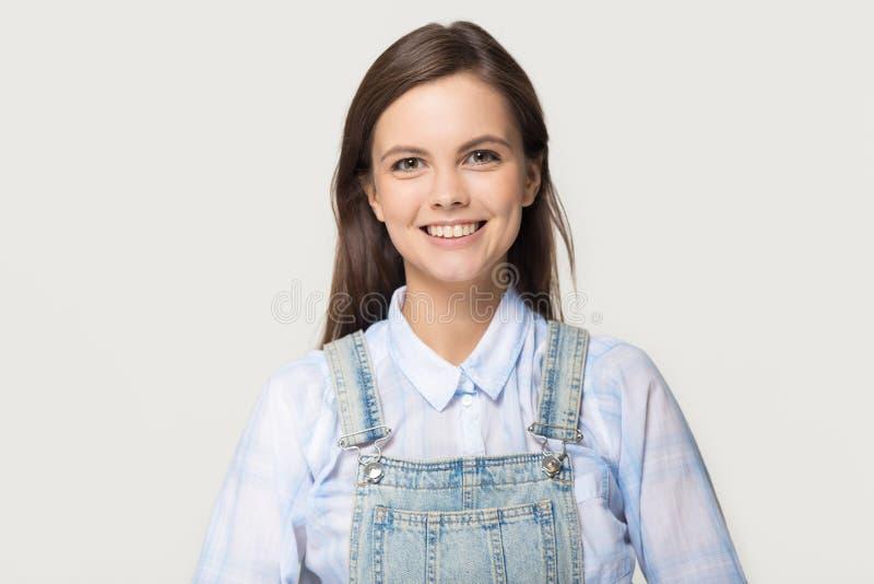 Ευτυχές κορίτσι στο μπλε πουκάμισο και τζιν που εξετάζει τη κάμερα στοκ εικόνες