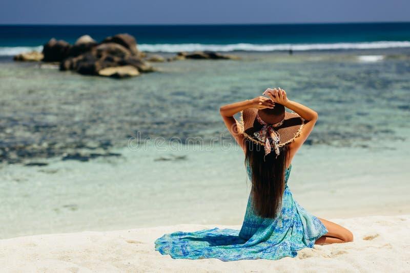 Ευτυχές ταξίδι γυναικών με το smartphone στην παραλία στοκ εικόνα