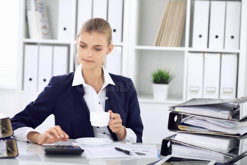 Ευτυχής επιχειρησιακή γυναίκα ή θηλυκός λογιστής που έχει μερικά πρακτικά για το χρόνο από και την ευχαρίστηση στη θέση εργασίας  στοκ εικόνα με δικαίωμα ελεύθερης χρήσης