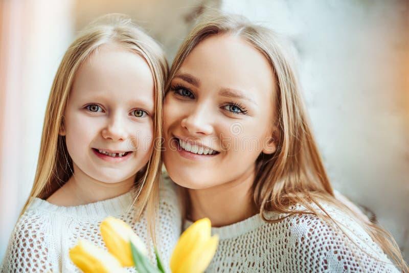 Ευτυχής ημέρα μητέρων! Πορτρέτο της κόρης και της μητέρας από κοινού στοκ εικόνες