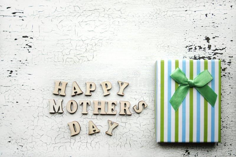 ευτυχής μητέρα s ημέρας Διακοπές συγχαρητηρίων mom Ριγωτό κιβώτιο δώρων με το τόξο στοκ εικόνες