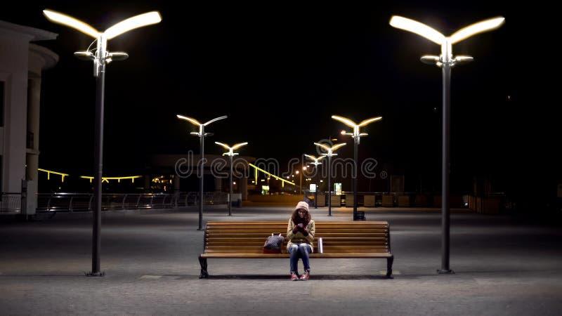 Ευτυχής συνεδρίαση εφήβων στις φωτογραφίες πάρκων, προσοχής και σχολιασμού στα κοινωνικά μέσα στοκ φωτογραφίες
