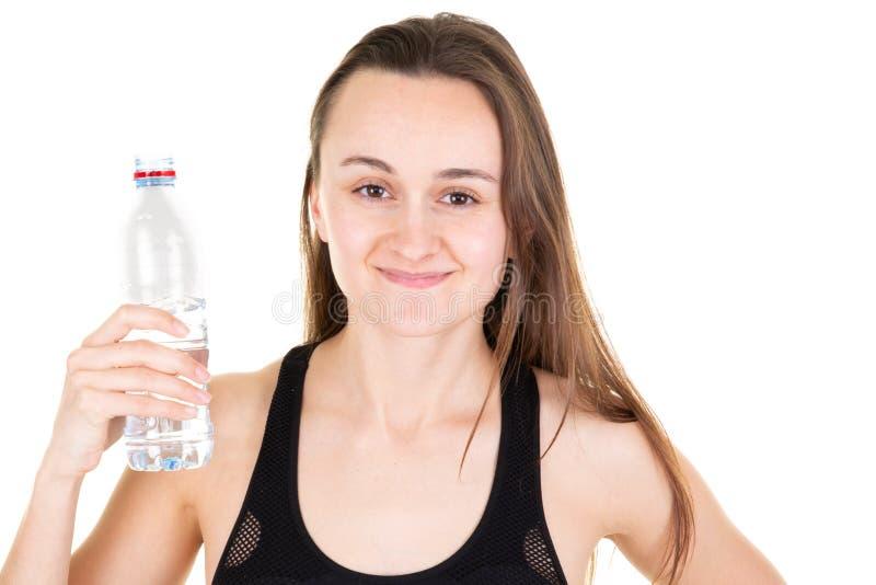 Ευτυχής τοποθέτηση κατανάλωσης κοριτσιών αθλητών γυναικών θηλυκή με το νερό μπουκαλιών στοκ εικόνες με δικαίωμα ελεύθερης χρήσης