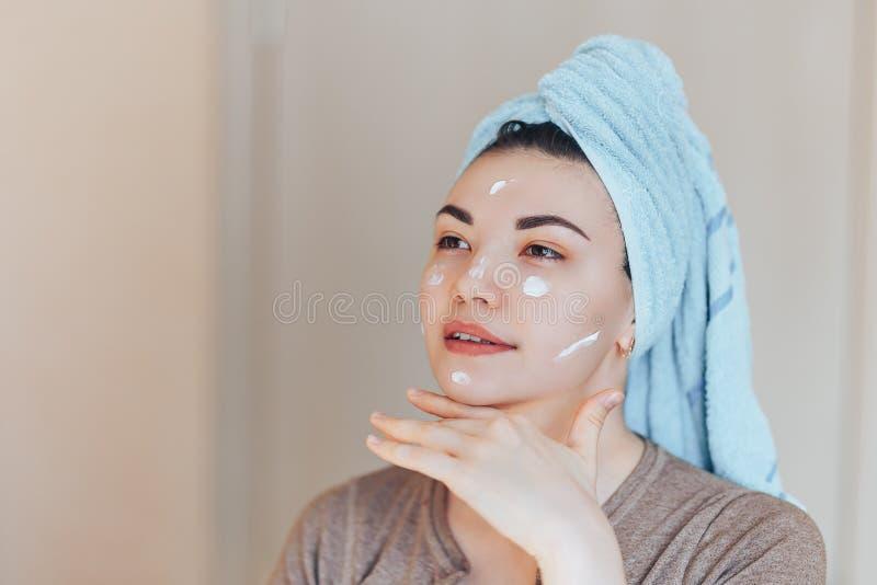 Ευτυχής χαμογελώντας το αρκετά όμορφο κορίτσι γυναικών με την πετσέτα στην επικεφαλής χαμόγελου φροντίδα δέρματος αφής υγιή καθαρ στοκ φωτογραφίες με δικαίωμα ελεύθερης χρήσης