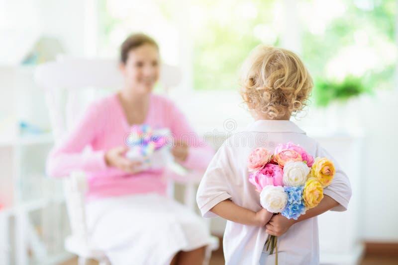 ευτυχείς μητέρες ημέρας Παιδί με το παρόν για το mom στοκ εικόνα