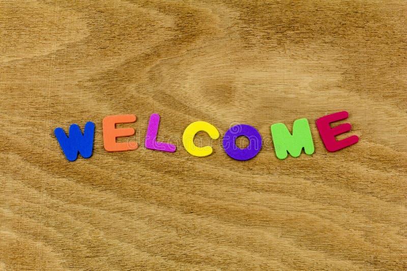 Ευπρόσδεκτο πλαστικό επιστολών παιδιών χρώματος χαιρετισμού ξύλινο στοκ φωτογραφία με δικαίωμα ελεύθερης χρήσης