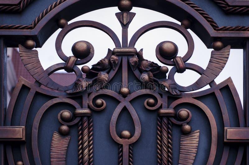 Επίδεσμος σφυρηλατημένες πόρτες μετάλλων, όμορφα στοιχεία στοκ φωτογραφία με δικαίωμα ελεύθερης χρήσης