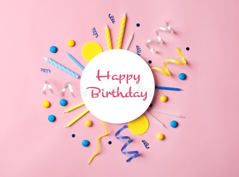 Επίπεδος βάλτε τη σύνθεση με τα στοιχεία γιορτών γενεθλίων διανυσματική απεικόνιση