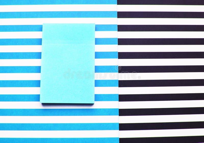 Επίπεδος βάλτε το αφηρημένο υπόβαθρο, τα μπλε, άσπρες, μαύρες λωρίδες και την αυτοκόλλητη ετικέττα στοκ φωτογραφίες με δικαίωμα ελεύθερης χρήσης
