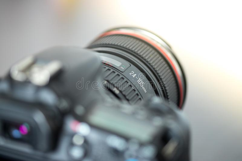 Επαγγελματίας που φωτογραφίζει: Ανακλαστική κάμερα με το φακό telephoto, διακοπή στοκ εικόνες με δικαίωμα ελεύθερης χρήσης