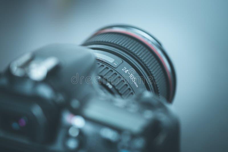 Επαγγελματίας που φωτογραφίζει: Ανακλαστική κάμερα με το φακό telephoto, διακοπή στοκ εικόνες