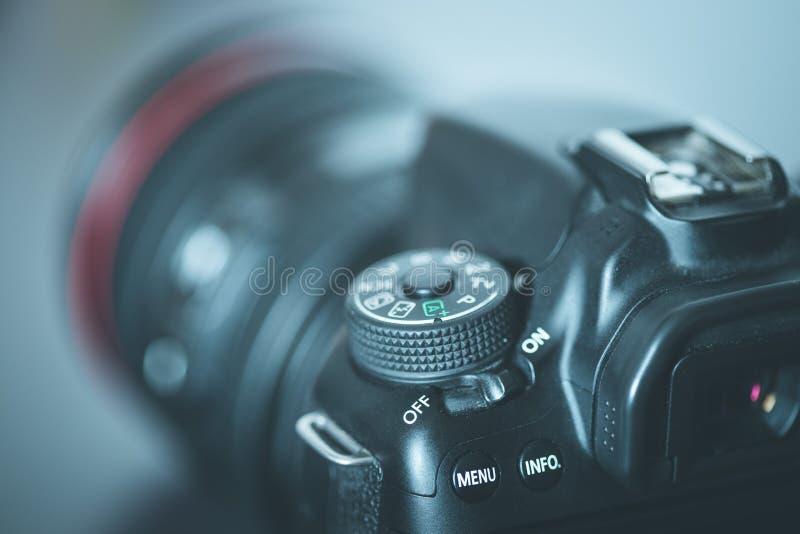 Επαγγελματίας που φωτογραφίζει: Ανακλαστική κάμερα με το φακό telephoto, διακοπή στοκ φωτογραφίες με δικαίωμα ελεύθερης χρήσης