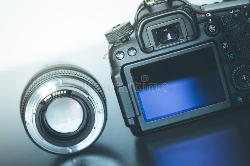Επαγγελματίας που φωτογραφίζει: Πίσω άποψη μιας επαγγελματικής ανακλαστικής κάμερας και ενός φακού φωτογραφιών στοκ εικόνα με δικαίωμα ελεύθερης χρήσης