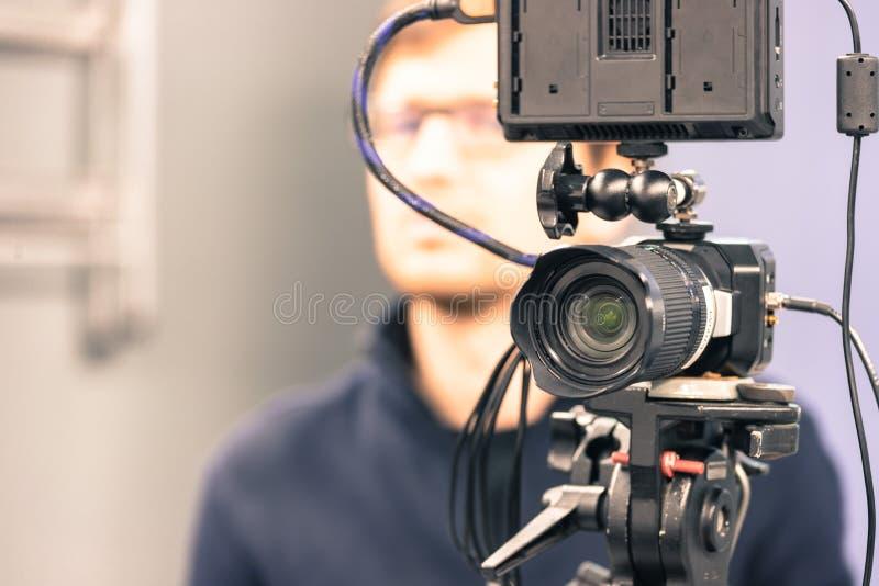 Επαγγελματική κάμερα ταινιών σε ένα τρίποδο στο στούντιο ραδιοφωνικής αναμετάδοσης στοκ εικόνες