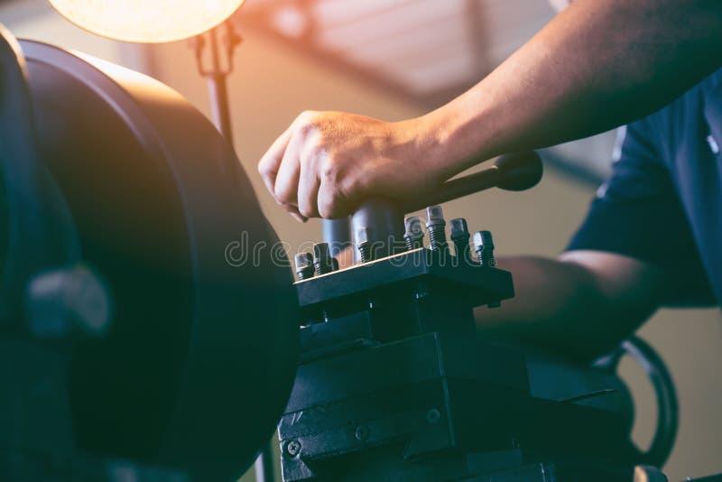 Επαγγελματικός μηχανικός: αλέθοντας μηχανή τόρνου ατόμων λειτουργούσα στοκ φωτογραφία