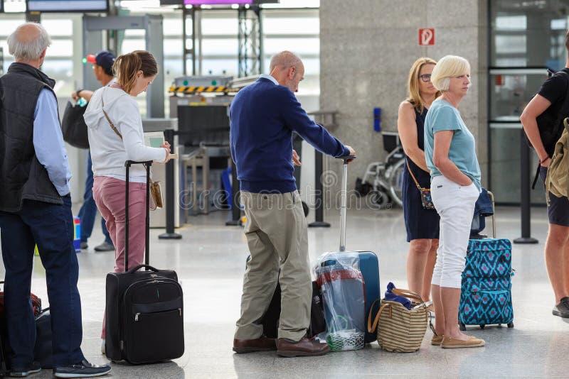 Επιβάτες που στέκονται στη γραμμή στο διεθνή αερολιμένα Schwechat, Αυστρία της Βιέννης στοκ φωτογραφία με δικαίωμα ελεύθερης χρήσης