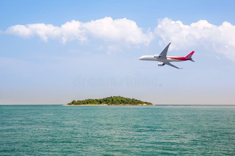 Επιβάτης αεροπλάνου που πετά πέρα από την όμορφη μπλε χρήση παραλιών θάλασσας ωκεανών και νησιών για το ταξίδι διακοπών καλοκαιρι στοκ εικόνες