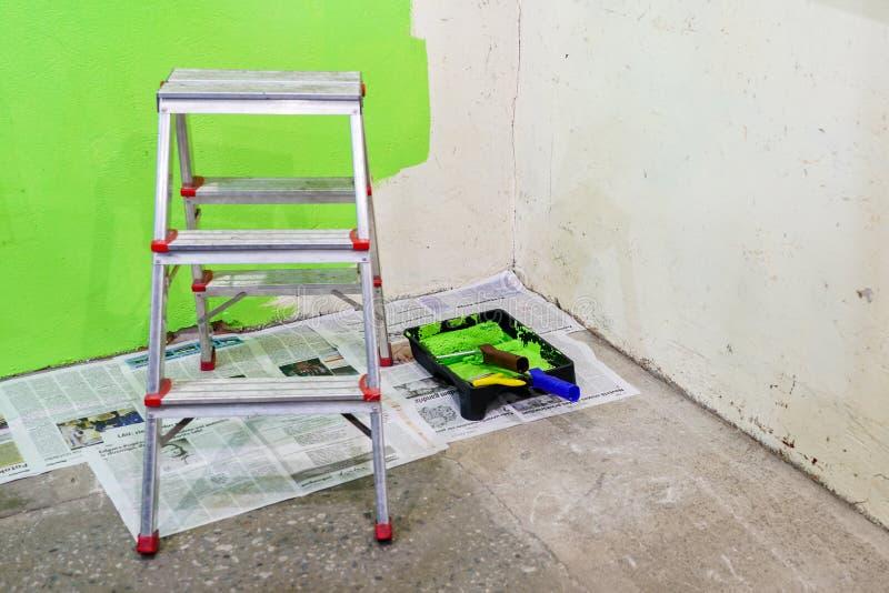 Επισκευές δωματίων στο σπίτι, ζωγραφική τοίχων με το πράσινο χρώμα στοκ εικόνες