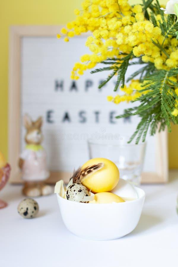 Επιτραπέζιες τοποθετήσεις Πάσχας με τα χρωματισμένα αυγά και τα λουλούδια άνοιξη στοκ φωτογραφίες