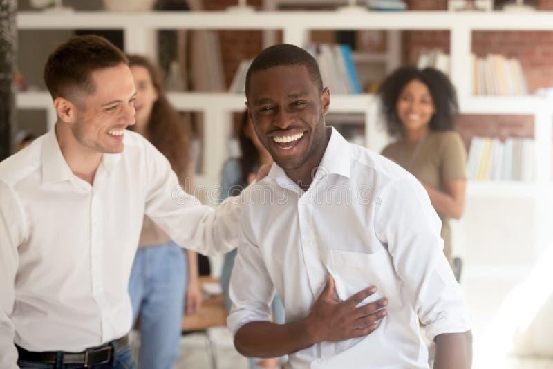 Επιτυχής μαύρος επιχειρηματίας που εξετάζει την αποκτημένη επιτυχία προώθηση εορτασμού καμερών στοκ φωτογραφία